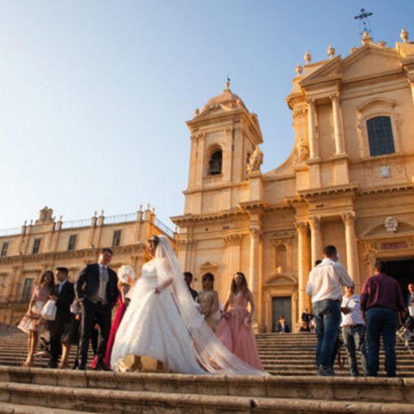 Matrimonio in Sicilia, foto tradizionale davanti la chiesa